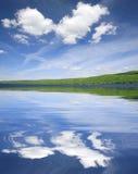 Bello paesaggio del lago Immagini Stock