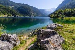 Bello paesaggio del lago alpino con acqua verde cristallina e le montagne nel fondo, Gosausee, Austria Immagini Stock Libere da Diritti