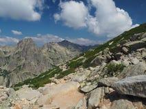 bello paesaggio del lago dell'alta montagna nei alpes corsician con Fotografia Stock
