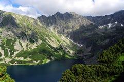 Bello paesaggio del lago della montagna Alti tatras poland Immagini Stock