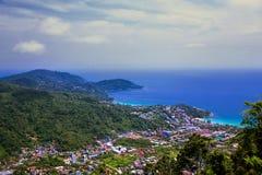 Bello paesaggio del mare blu, del cielo e della costa tropicale da hig Fotografia Stock
