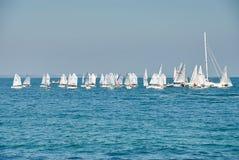 Bello paesaggio del mare con molte vele sull'orizzonte Immagine Stock Libera da Diritti