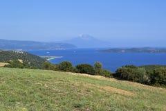 Bello paesaggio del mare di estate con una vista sull'isola e sul monte Athos di Ammouliani Halkidiki, Grecia Fotografia Stock