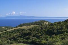 Bello paesaggio del mare di estate con una vista sull'isola e sul monte Athos di Ammouliani Halkidiki, Grecia Bello paesaggio del Immagine Stock Libera da Diritti