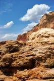 Bello paesaggio del mare, primo piano della pietra sulla spiaggia, costa di mare con le alte colline, natura selvaggia Fotografia Stock