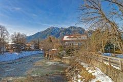 Bello paesaggio del villaggio bavarese Garmisch-Partenkirchen Immagine Stock