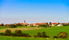 Bello paesaggio del villaggio con il pascolo verde Fotografie Stock Libere da Diritti