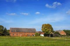 Bello paesaggio del villaggio in un giorno soleggiato Fotografie Stock