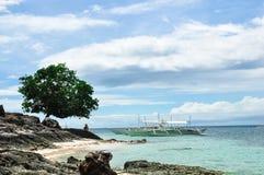 Bello paesaggio dell'isola a distanza pacifica immagine stock libera da diritti
