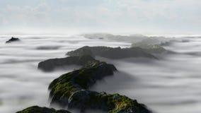 Bello paesaggio della catena montuosa con le nuvole striscianti basse Fotografia Stock