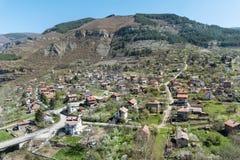 Bello paesaggio della città, della montagna e delle case di Svoge Fotografia Stock Libera da Diritti