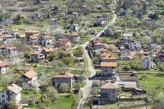Bello paesaggio della città, della montagna e delle case di Svoge Immagini Stock