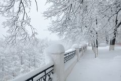 Bello paesaggio della città di inverno durante la tempesta della neve Fotografie Stock