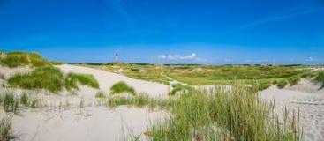 Bello paesaggio della duna con il faro tradizionale al Mare del Nord, Schlesvig-Holstein, Mare del Nord, Germania fotografie stock