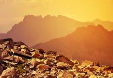 Bello paesaggio della montagna al tramonto Fotografie Stock
