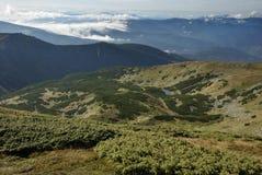 Bello paesaggio della montagna in Carpathians fotografie stock libere da diritti