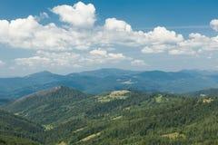 Bello paesaggio della montagna, colline verdi Carpatico, Ucraina, Europa immagine stock libera da diritti