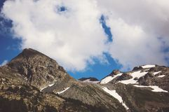 Bello paesaggio della montagna con gli alberi ed i picchi di montagna Fotografia Stock