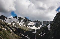 Bello paesaggio della montagna con gli alberi ed i picchi di montagna Fotografia Stock Libera da Diritti