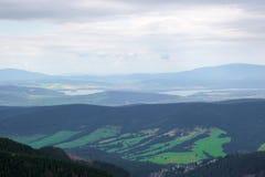 Bello paesaggio della montagna con gli alberi verdi sul fondo del cielo blu Immagini Stock