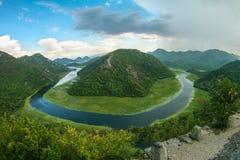 Bello paesaggio della montagna con il fiume di bobina, la foresta verde, il temporale ed i cumuli, vista superiore, Montenegro immagine stock libera da diritti