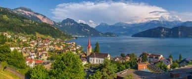 Bello paesaggio della montagna con il villaggio Weggis nel lago Lucerna, Svizzera Immagini Stock Libere da Diritti