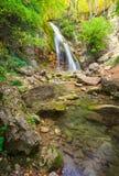 Bello paesaggio della montagna con la cascata Fotografie Stock Libere da Diritti