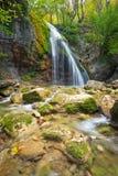 Bello paesaggio della montagna con la cascata Immagini Stock Libere da Diritti