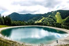 Bello paesaggio della montagna con la vista del lago Speicherteich nelle alpi dell'Austria Immagini Stock Libere da Diritti