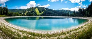 Bello paesaggio della montagna con la vista del lago Speicherteich nelle alpi dell'Austria Fotografia Stock