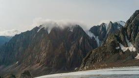 Bello paesaggio della montagna con le nuvole e le cime video d archivio