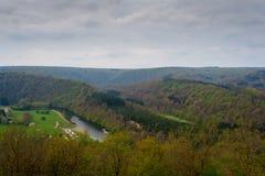 Bello paesaggio della montagna con un fiume di estate Fotografie Stock Libere da Diritti