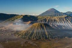 Bello paesaggio della montagna del vulcano attivo di Bromo in Jav orientale fotografia stock
