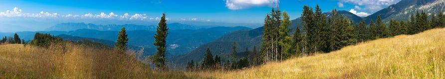 Bello paesaggio della montagna di autunno Immagine Stock