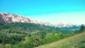 Bello paesaggio della montagna di estate stock footage