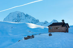 Bello paesaggio della montagna di inverno con la cappella sulla cima della collina. Fotografie Stock Libere da Diritti