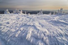 Bello paesaggio della montagna nell'orario invernale con i fiori del ghiaccio e la prospettiva grandangolare Immagini Stock Libere da Diritti