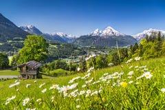 Bello paesaggio della montagna nelle alpi con il chalet nella primavera Fotografia Stock Libera da Diritti