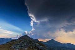 Bello paesaggio della montagna nelle alpi di Transylvanian di estate Immagini Stock