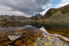 Bello paesaggio della montagna nelle alpi di Transylvanian di estate Fotografia Stock