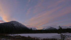 Bello paesaggio della montagna Riflessione in un chiaro lago archivi video