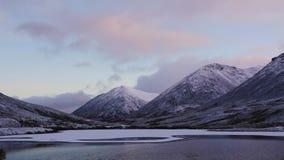 Bello paesaggio della montagna Riflessione in un chiaro lago Lasso di tempo stock footage