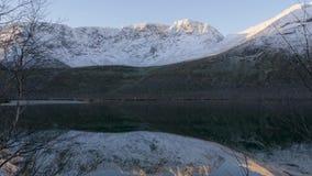 Bello paesaggio della montagna Riflessione in un chiaro lago Panorama archivi video
