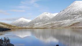 Bello paesaggio della montagna Riflessione in un chiaro lago Panorama stock footage