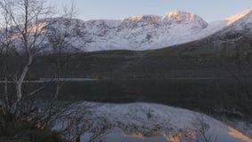 Bello paesaggio della montagna Riflessione in un chiaro lago Panorama video d archivio