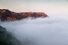 Bello paesaggio della natura in Crimea Si appanna il più alta montagna Immagini Stock