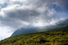 Bello paesaggio della natura in Crimea Si appanna il più alta montagna Fotografia Stock