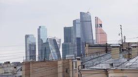 Bello paesaggio delle facciate di vetro di grandi nuove alte costruzioni bianche archivi video