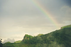 Bello paesaggio delle montagne con l'arcobaleno Fotografia Stock