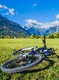 Bello paesaggio delle montagne e di una bici di estate Immagini Stock